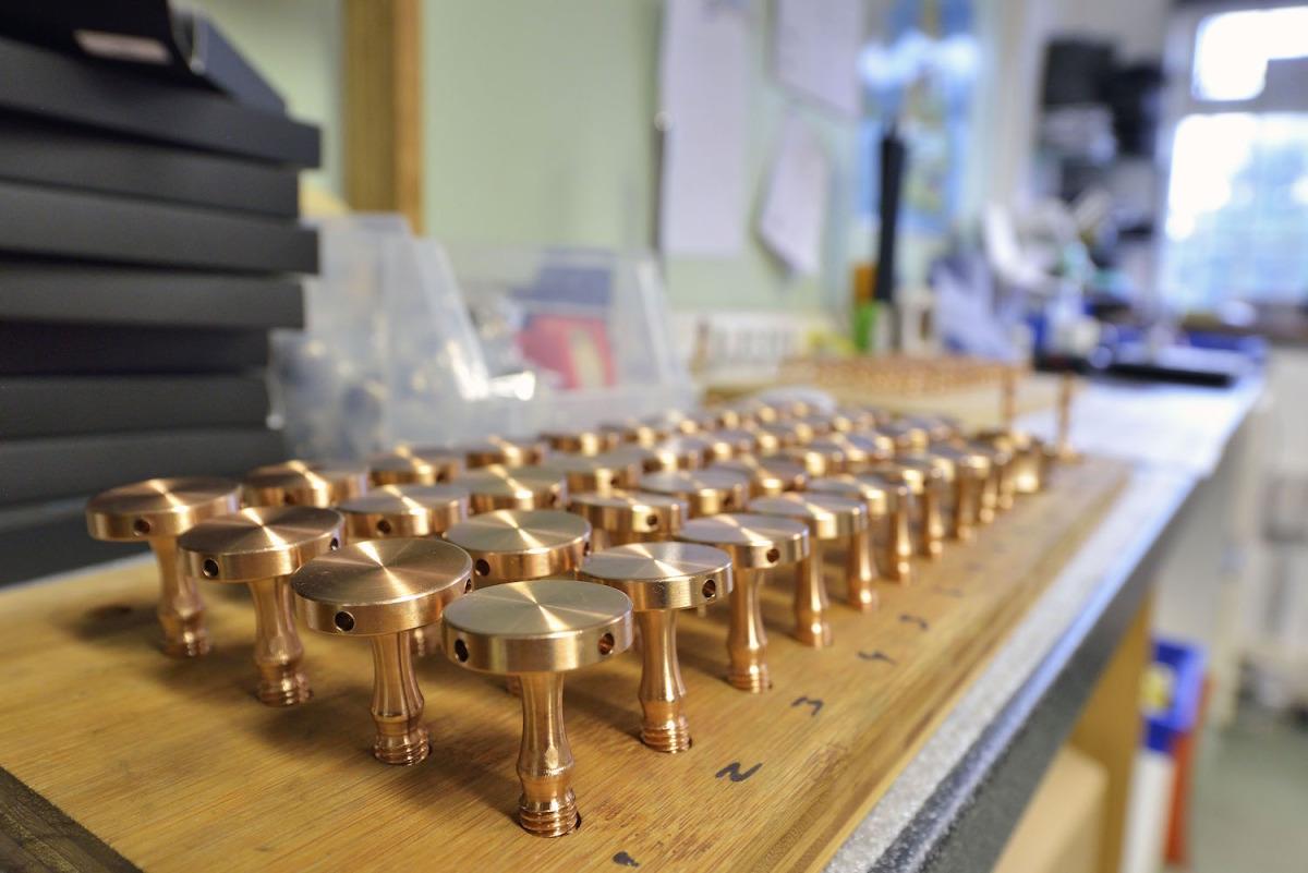 004-Bronzen_onderdelen_voor_X_Reference_rack-1200px